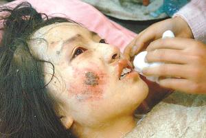 女孩遭遇地震在废墟下打手电筒读书(图)