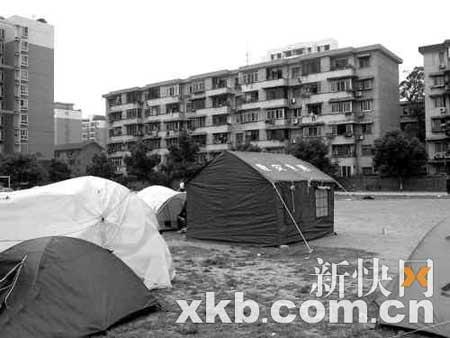 成都多个小区内出现救灾专用帐篷引发质疑(图)