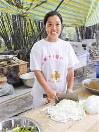 43岁女老板千里回乡当厨娘(图)