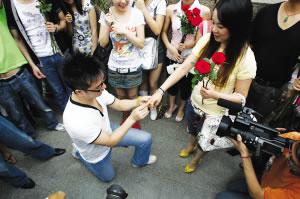 男子当街用遥控飞机送钻戒向女友求婚(组图)