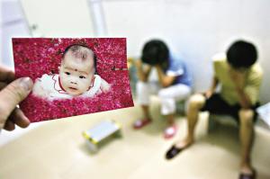 夫妻无力抚养抛弃2岁患脑瘤女儿(图)