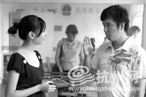 一对聋哑人在登记前用手语交流.-二手房中介派员在婚姻登记处附近