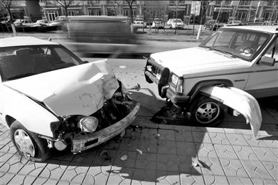 肇事车深夜撞伤三辆车后逃逸(图)