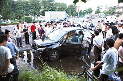 女车主驾车撞死劫匪法院称系正当防卫