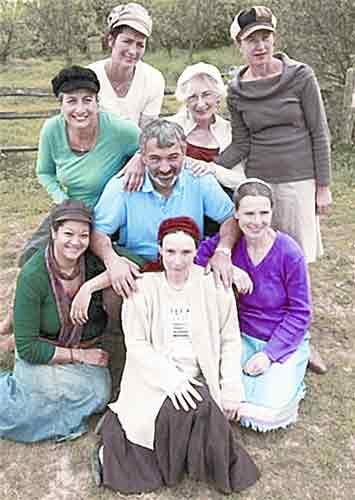 英国男子与7个妻子共同生活(图)
