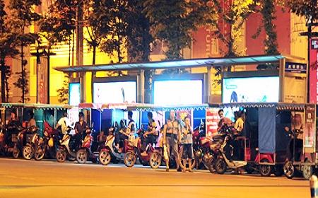 三轮车拉生意一字排开封锁公交站台(图)