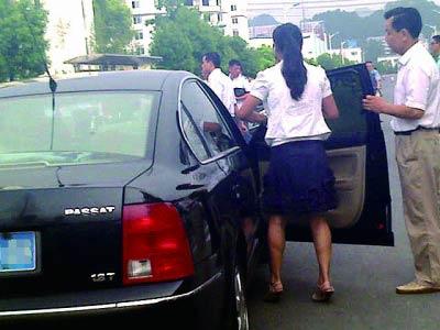 网帖曝官员开公车送子女参加公务员面试(图)