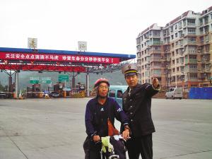 六旬老人为宣传全民健身骑单车游遍全国(图)