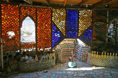 美国老太用废玻璃瓶建成一座村庄(图)