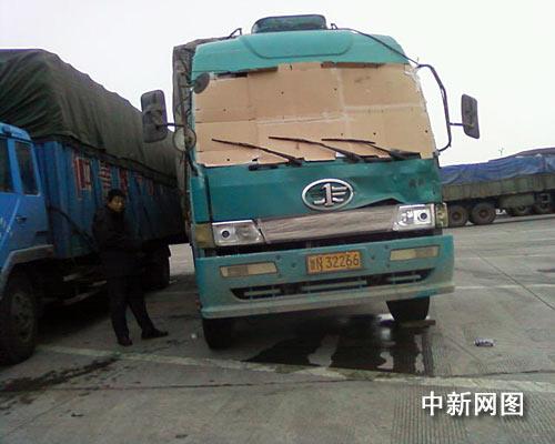 货车挡风玻璃破碎蒙纸板司机凭感觉开车(图)