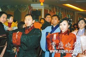 年轻夫妻举行汉式婚礼司仪朗诵文言文(图)