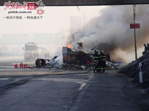 载白酒货车暴燃致高速路封闭(图)