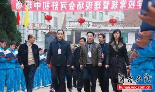 网帖称县教育局长视察似阅兵学生夹道欢迎(图)