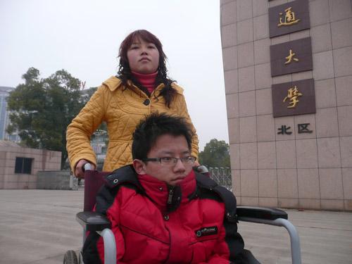 妹妹辍学照顾残疾哥哥求学8年(图)