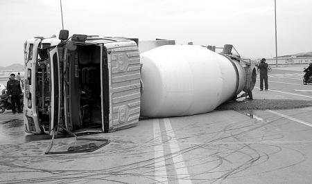 社会新闻 > 正文       中国宁波网讯 水泥搅拌车在运输混凝土时,滚筒