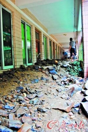 老师半夜发现泥石流逼近宿舍紧急救出600女生
