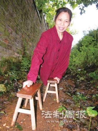 无腿女子37年照顾130名孤儿编织千件衣服图