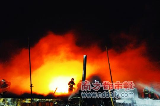 大连新港原油罐区再发大火 三个月前曾爆炸起火并造成原油泄漏,此次是拆卸上次起火油罐过程中起火