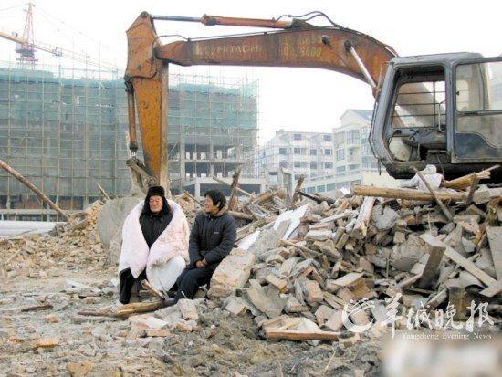 瑟瑟寒风中,刘太香夫妇蜷缩在挖掘机前