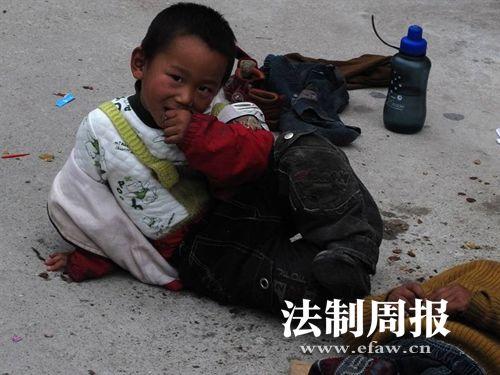 网友拍到的杨伟鑫,正在街头乞讨。