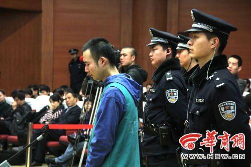 犯罪嫌疑人药家鑫被带上法庭