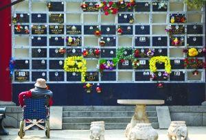 守望 昨日,万安公墓,一位老人独坐在骨灰墙前。 本报记者 周晓东 摄