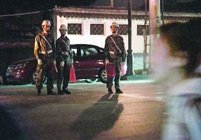 校方做了充分的准备工作,有军人在道口保障学生安全通行。 图片由报料人提供