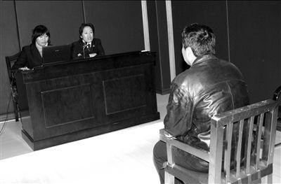 袁某在被刑拘前接受询问。本报通讯员李楠摄