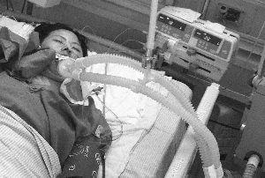 肖昌芳在重症监护室接受治疗。快报记者 泱波 摄