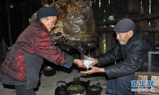 12月6日,金继芬(左)给丈夫盛饭。新华社记者 闫起磊 摄
