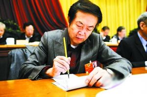 委员用毛笔做笔记