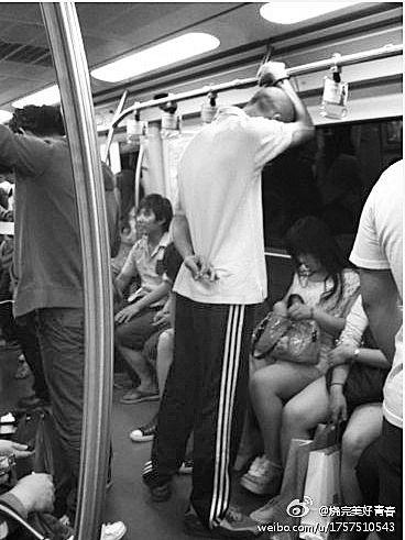 老外在地铁里被指用身体摩擦多名女子