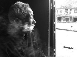72岁的王久寿难以接受残酷的现实 记者 梁赓 摄