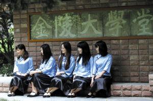 昨天,南京大学110周年校庆,毕业生穿起经典款式服装在校园里拍照留影。