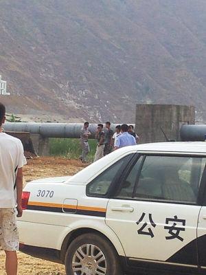 警车来到时,墨镜男子还滞留在事发现场。