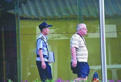 外籍男子被警方带走调查