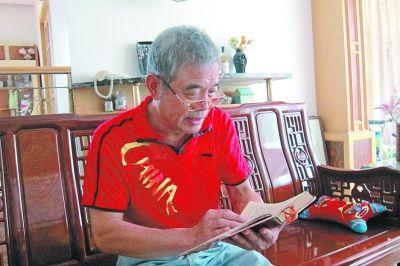 黄明忠仔细阅读日记。