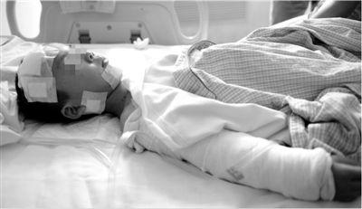 昨天下午四时,全身50多处被咬伤的小宇,躺在武警总医院的病床上。通讯员 周明政 摄