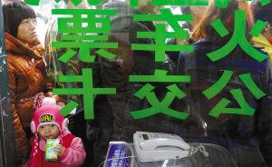 一位喝奶的小朋友和大人一起在童装店外排队等候领取订购的火车票。图/佛山日报记者崔景印