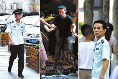15日中午,有网友发帖称在湖北武汉徐东车站附近,一位城管白天执法管理占道经营,晚上却在此处摆地摊,并贴出该城管白天执法、夜晚摆摊的照片。(网络图)