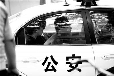 嫌疑人被警方带走。京华时报记者徐晓帆摄