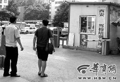 昨日下午,民警(左)在驾校没有找到相关人员 本报记者 王智 摄