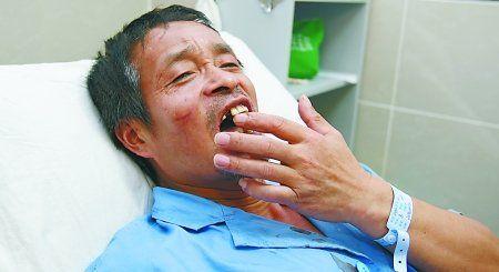 昨日,市五院,受伤住院治疗的汤儒学在病床上讲述事发时的情况。 记者 龙在全 摄