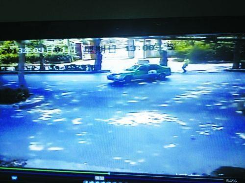 监控中赵晓亮在追赶出租车