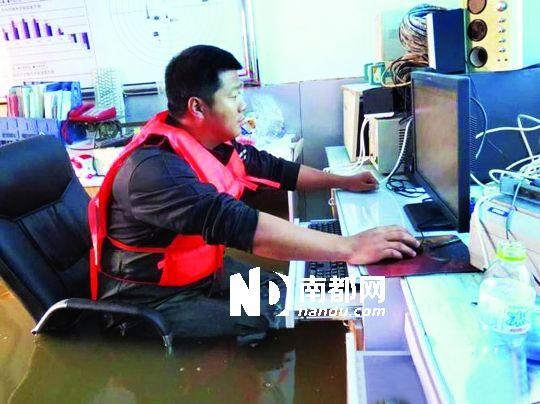 8月31日,黑龙江抚远气象局人员在工作中,洪水已将椅座淹没。图片来源:中国气象网
