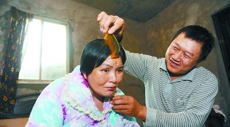 蒋元依每天都要给妻子廖冲琼梳妆打扮