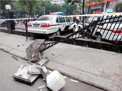 交警大队院墙栅栏被撞毁。网友供图