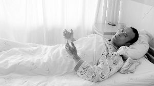 在医院接受治疗的薛自彬讲述自己受伤的过程。本报记者 窦阳 摄
