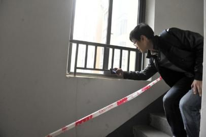 15楼楼梯窗户栏杆很矮,小朋友可以轻易翻越上去。