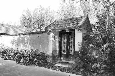 农村一层简易瓦房屋子素描画